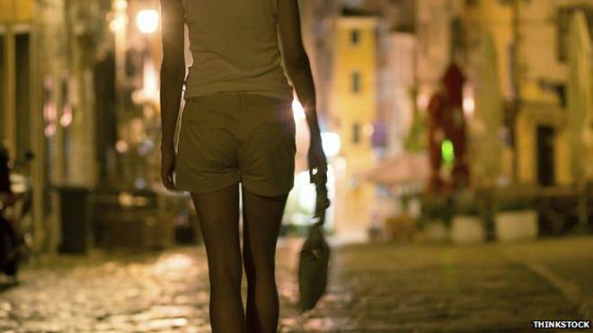 Секс-работник идет по улице