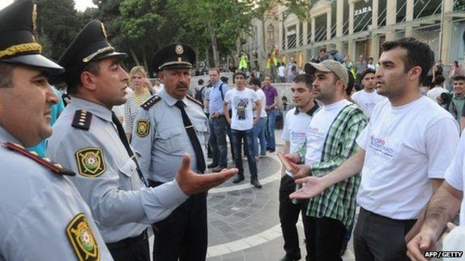 Расул Джафаров (справа) сталкивается с полицией в Азербайджане 23 мая 2012 года