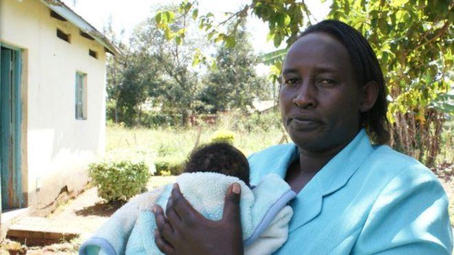 Работник службы охраны детства со спасенным ребенком