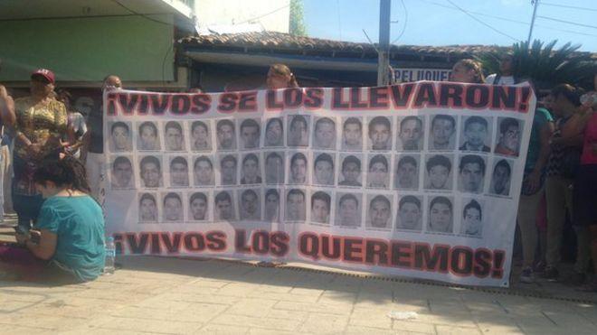 Баннер с изображением 43 пропавших мексиканских студентов, считающихся погибшими