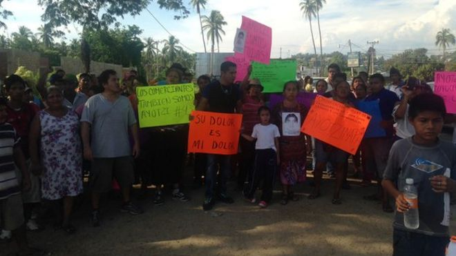 Акция протеста в мексиканской деревне за 43 пропавшими студентами