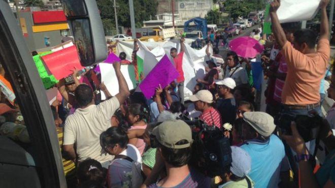 Контрольно-пропускной пункт в Мексике, созданный в поддержку друзей и родственников 43 пропавших без вести студентов