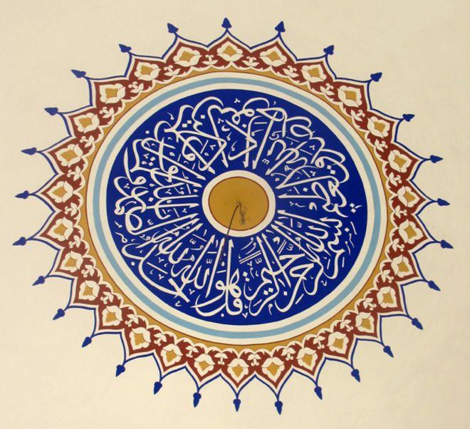 Украшение внутри новой мечети