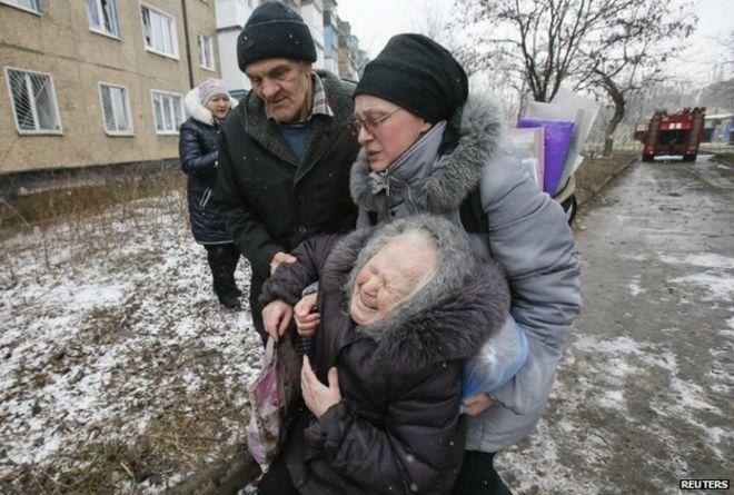 Пожилая женщина чувствует себя комфортно после обстрела ее квартала в Донецке (9 февраля)