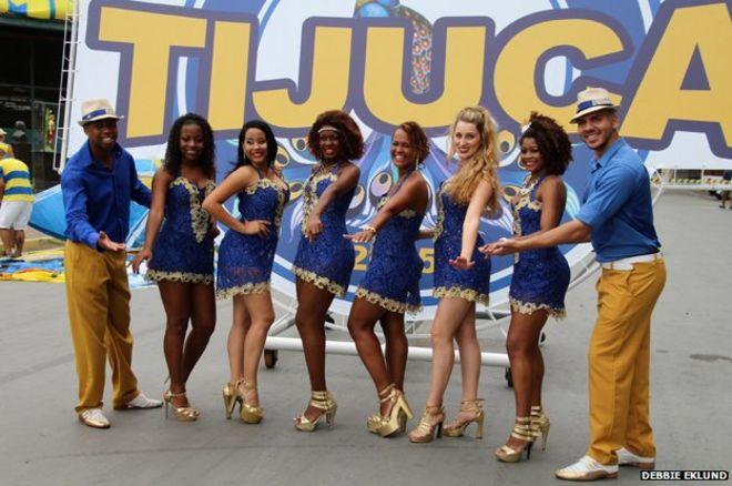 Танцоры перед баннером Tijuca
