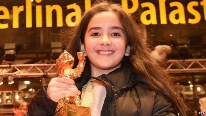Хана Саэйди имеет награду Золотой медведь в Берлине, Германия, 14 февраля 2015 года