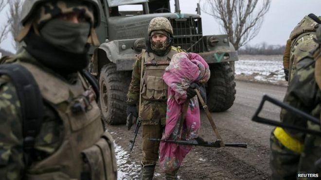 Украинские военнослужащие, воевавшие в Дебальцево, видны под Артемовском