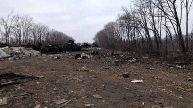 Свидетельства недавних боевых действий на главной дороге, ведущей в Дебальцево на востоке Украины, были завалены 20 февраля 2015 года.