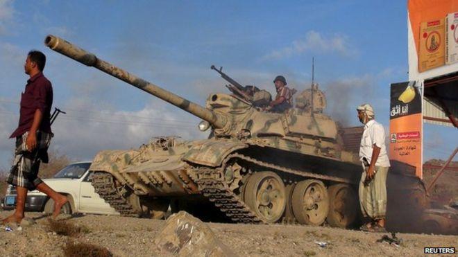 Militiamen loyal to Yemen's President Abdrabbuh Mansour Hadi take up positions on the frontline in Lahj