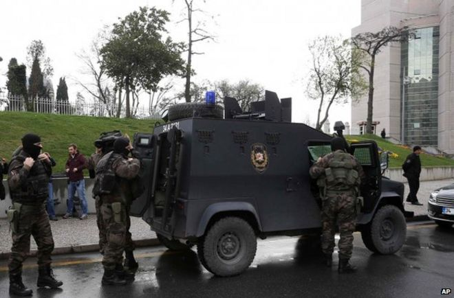 Turkish security forces outside court building in Istanbul (31 March)