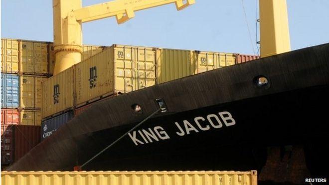 На этой фотографии, сделанной в гавани Палермо 15 апреля и представленной в воскресенье, 19 апреля, вид португальского грузового судна «Король Якоб», первого корабля, прибывшего к лодке, предположительно переполненной 700 мигрантами, терпящими бедствие
