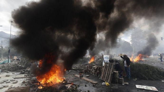 Barricadas, fuego y protesta en Ecuador.