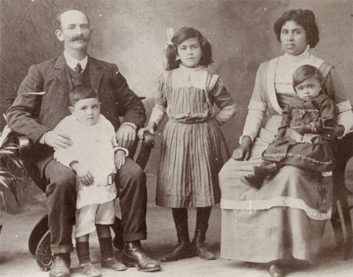 James Francis y su esposa Christina, con tres de sus hijos: Percival, Nora y Mary (sobre la falda de su madre).