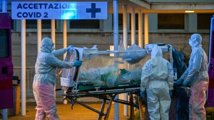 Médicos llevan a un paciente bajo cuidados intensivos a un hospital en Roma.