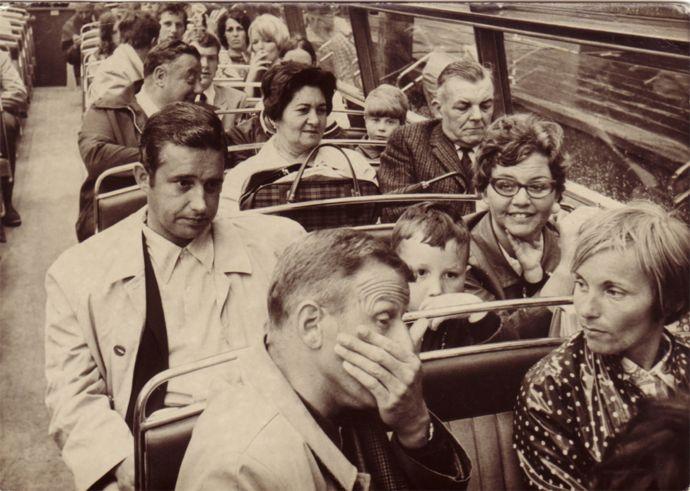 Aquí se ve a Mary y George sentados en la tercera fila de un autobús en Londres.