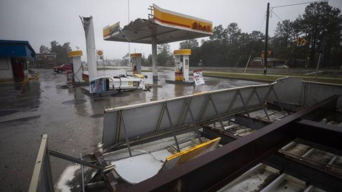 Gasolinera destrozada por los vientos de Florence en Wilmington, Carolina del Norte.