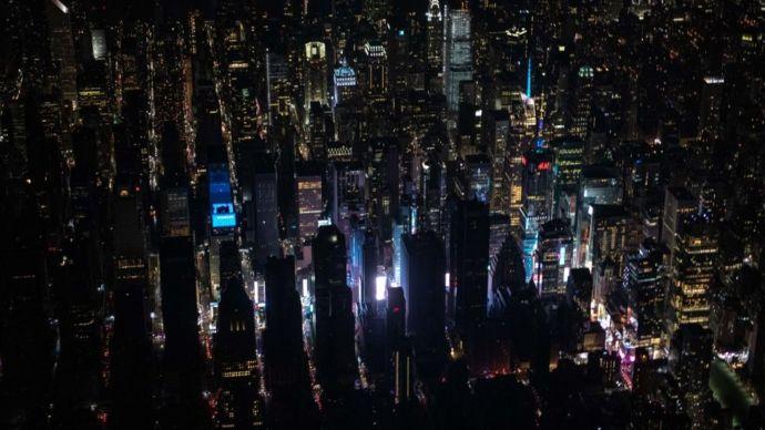 Vista aérea de Nueva York parcialmente a oscuras