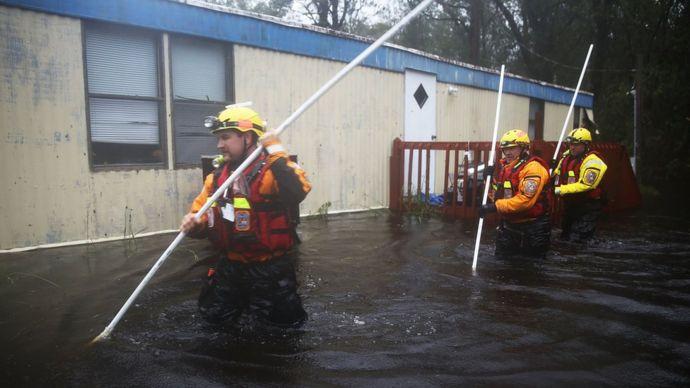 Equipos de bomberos trabajan en Carolina del Norte tras el paso del huracán Florence.
