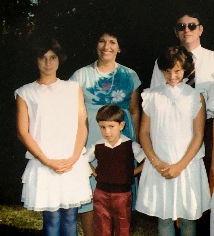 Bernadette, Nathan y Shereen con sus padres en una boda familiar.