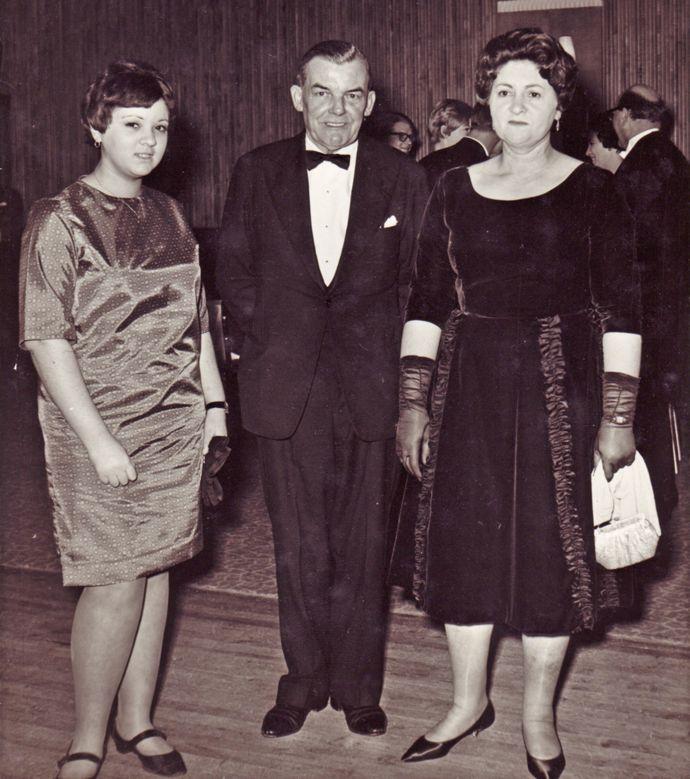 Norma Francis (la melliza de Margaret), junto con su madre, Mary, y su padre adoptivo, George.