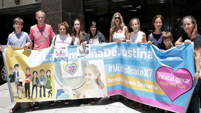 La familia de Justina con un afiche de su campaña
