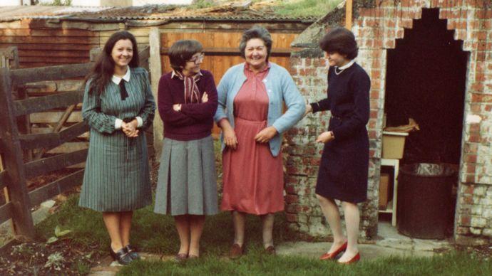 Norma y Mary con la hermana y la madre de Crispin Belcher, en su jardín en Croydon, Londres, en los años 1980.