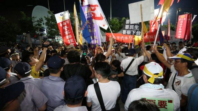 反年金改革抗議團體在場外示威。