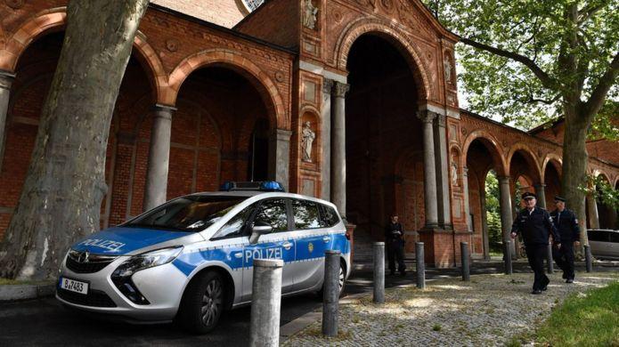 İbn Rushd-Goethe Camii önünde polis arabası