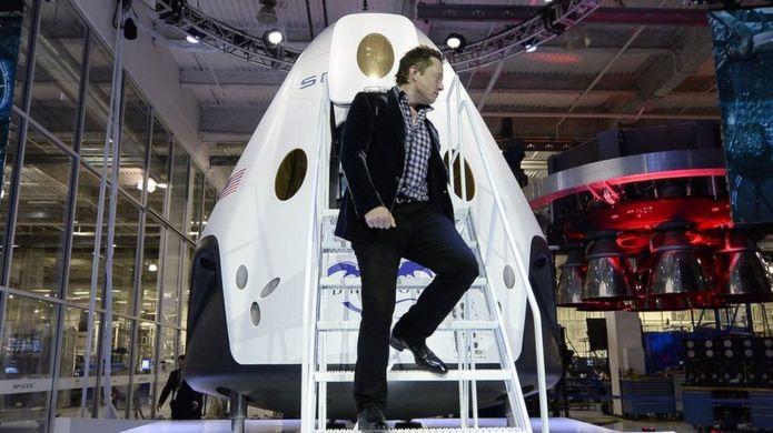 Musk bajando de un cohete espacial