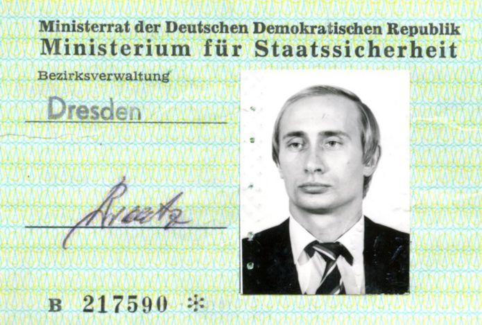 旧東ドイツの秘密警察シュタージが発行したというこの身分証を取得した当時、ウラジーミル・プーチン氏は33歳だった