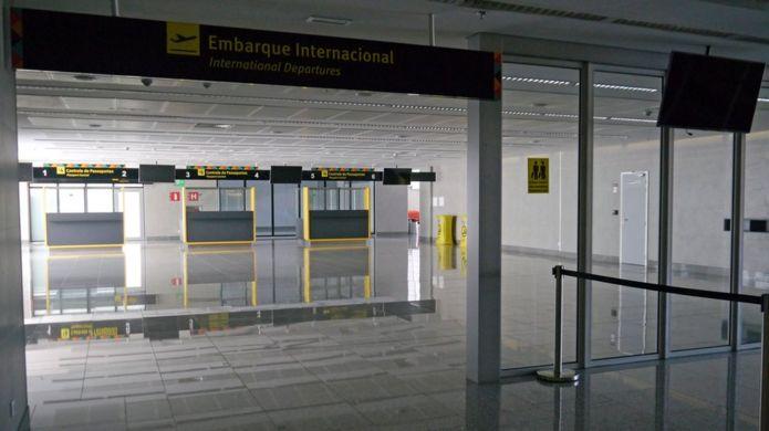 Área de embarque e controle de passaportes sem ninguém