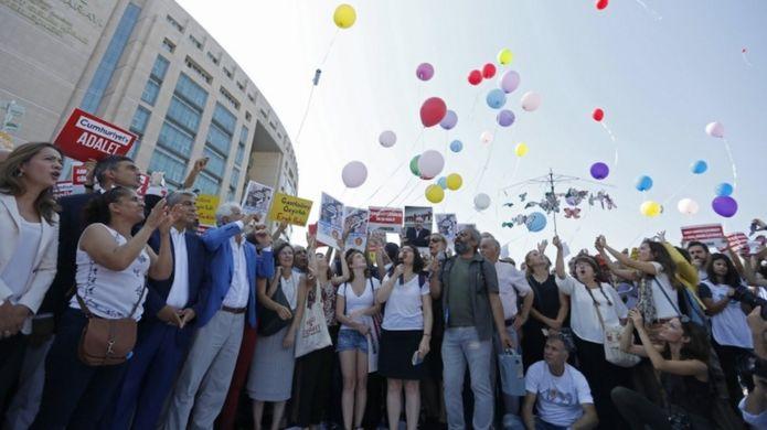 Duruşma öncesinde adliye önünde toplanan gazeteciler, meslek örgütleri ve milletvekilleri basın açıklaması yaptı