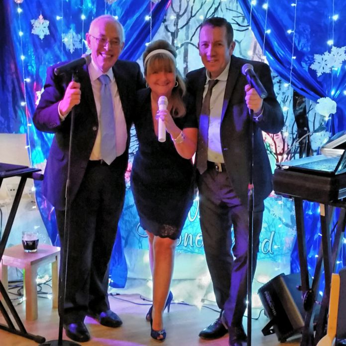 El reverendo David Walford (i) y el cantante Roy Matthews (d) con Rachel Burns