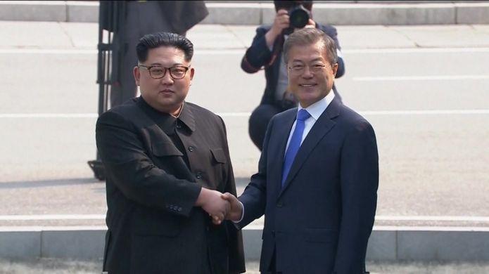 Kim Jong-un cumprimenta Moon Jae-in.