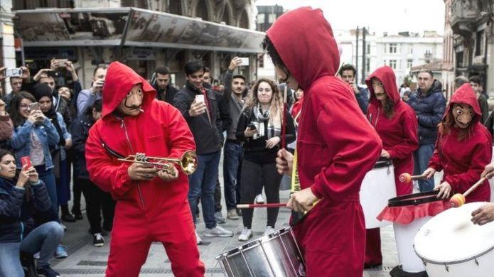 Manifestantes turcos com roupas de La Casa de Papel