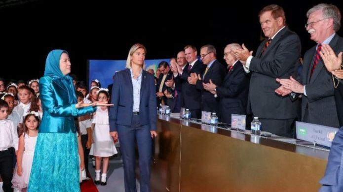 استقبال مریم رجوی از جان بولتون در گردهمآیی به ریاست او در پاریس، تیر ماه ۱۳۹۶