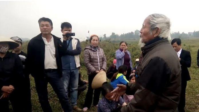 Trong video, cụ ông tên Kình giải thích về tranh chấp khiếu kiện tại xã Đồng Tâm