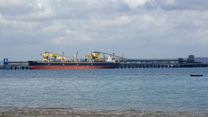 Navio abastecido de cartão no porto da Vale em Nacala