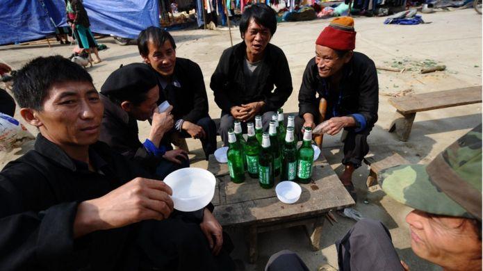 Một nhóm đàn ông Hmong ngoài chợ