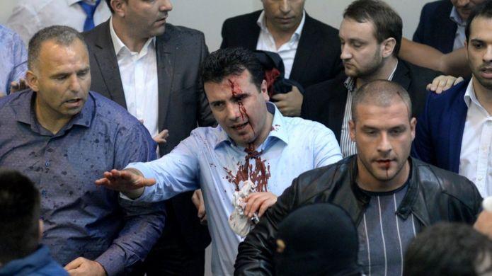 Sosyal Demokratların lideri Zoran Zaev çıkan arbedede başından yaralandı.