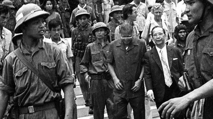 Tổng thống Dương Văn Minh (đeo kính, cúi đầu) bị bộ đội cộng sản đưa đi