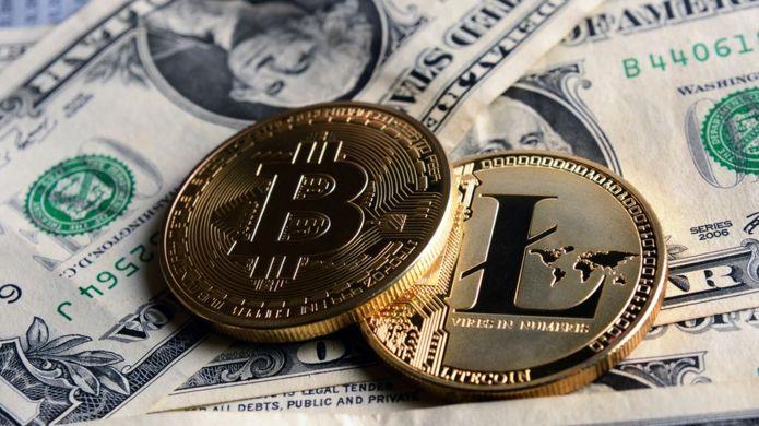 Monedas bitcoin y billetes de dólar.