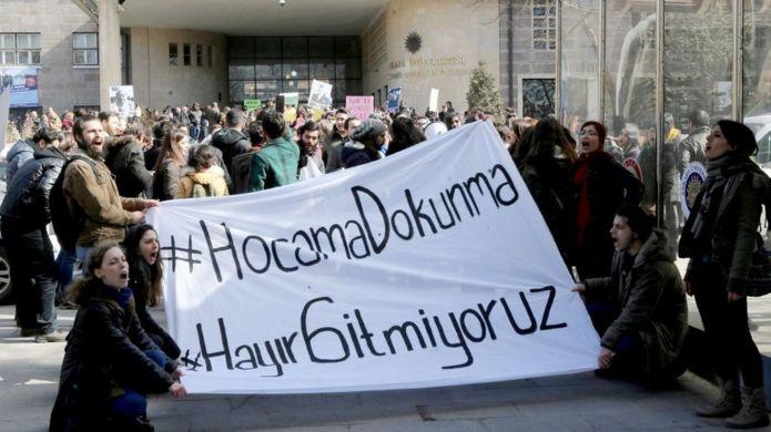 Ankara Üniversitesi öğrencileri 13 Şubat 2017'de akademisyenlerin ihracını protesto etti