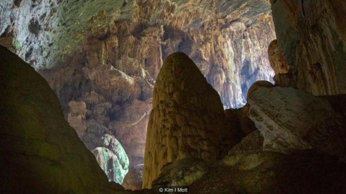 Tỉnh Quảng Bình ở Miền Trung Việt Nam là nơi có hàng trăm hang động đá vôi, mà mỗi năm lại phát hiện ra những hang mới.