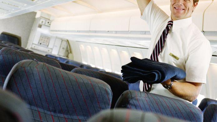 Comissário de bordo dentro de avião