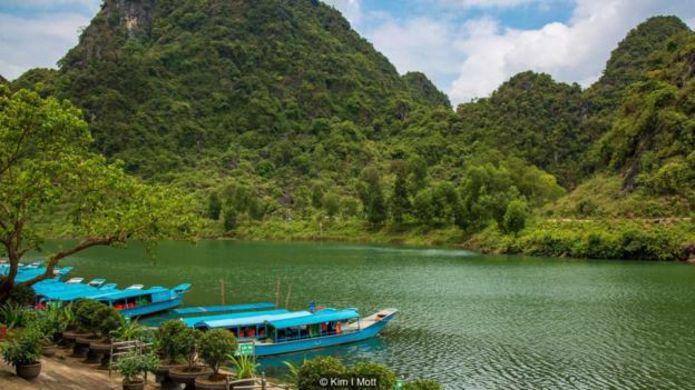 Những chiếc thuyền dài đưa du khách từ làng Phong Nha yên tĩnh dọc theo sông đến hang Phong Nha.