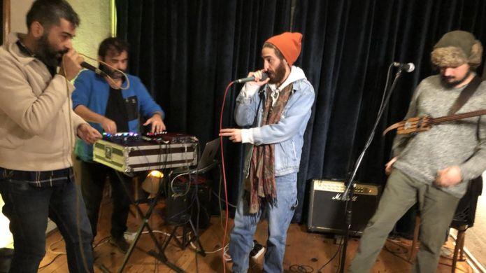 Suriyeli Mehdi, Debdebe grubuyla birlikte sahne alıyor.