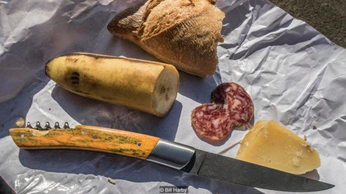 Tác giả bài viết chọn mua con dao có chuôi là xương lạc đà và lưỡi dao Damascus có hoa văn