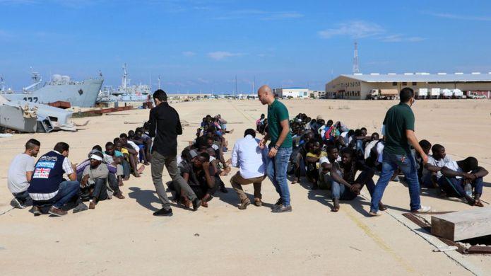 Migrantes en una base naval de Trípoli, Libia, después de ser rescatados por la guardia costera.