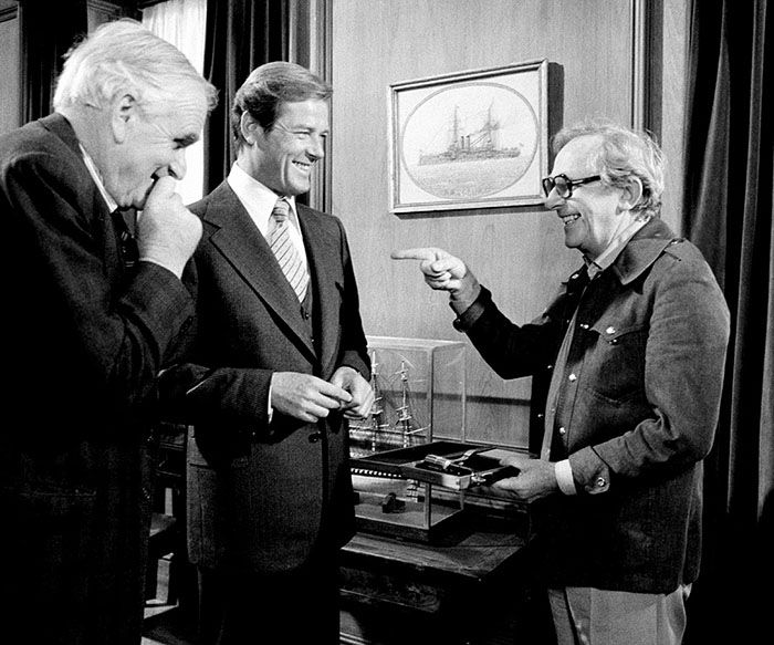 Lewis Gilbertt (r) with Desmond Llewelyn and Roger Moore